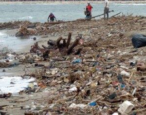 sampah di pantai sanur Bali